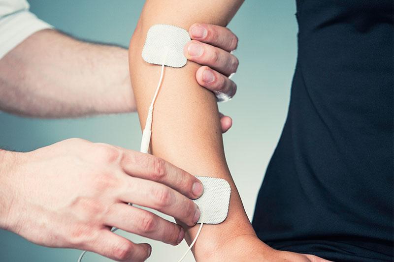 Arm eines Patienten dem TENS Elektroden auf den Arm geklebt werden