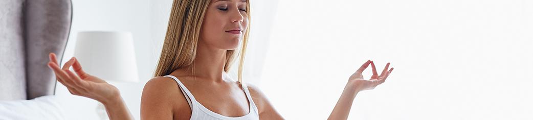 Frau in Yogaposition meditiert