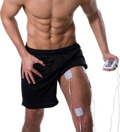 durchtrainierter muskulöser Mann mit freiem Oberkörper nutzt das SaneoSPORT für Oberschenkeltraining mit EMS