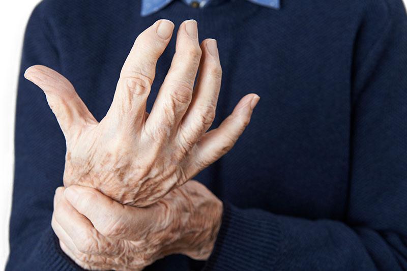 alte Person mit Handgelenksschmerzen