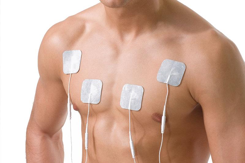 Mann mit Elektrodenpads auf der Brust für ein Brustmuskeltraining