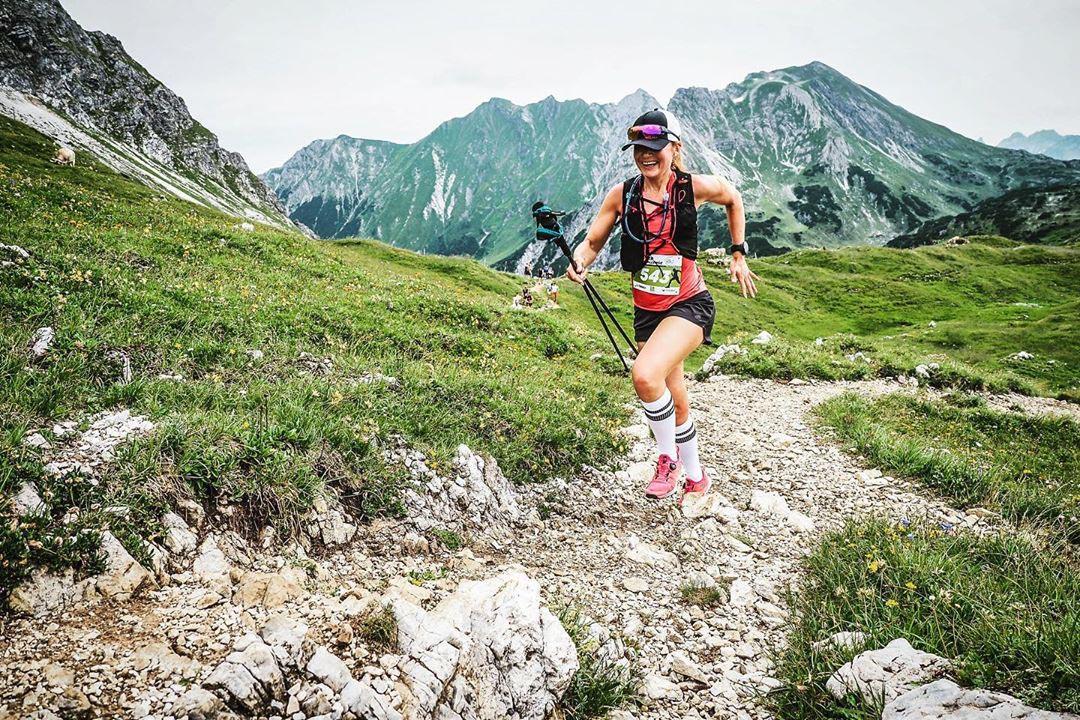 Manuela Dietzinger Trailrunnerin in den Bergen unterwegs
